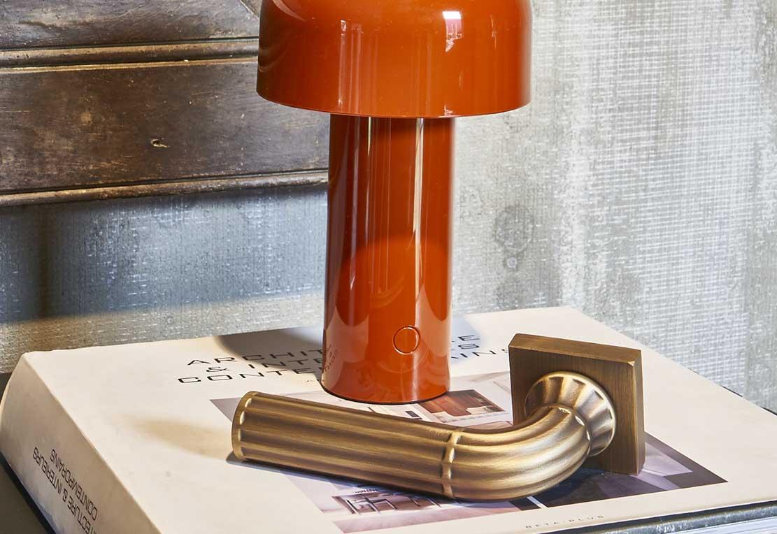maniglia colonnato e lampada di design